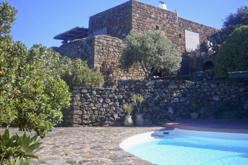 A charming villa for rent in Pantelleria, with all the comfort you may ask. The view and the pool are just great!